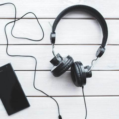 Telefon och hörlurar