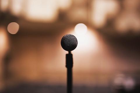 En mikrofon på stativ